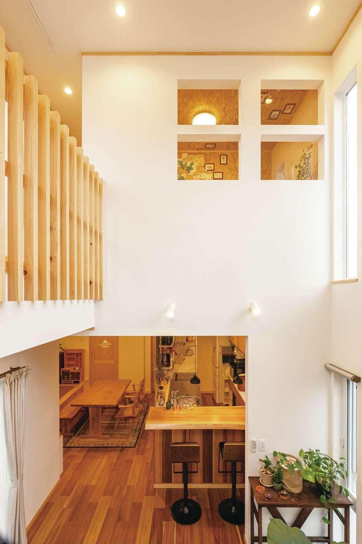 ぽっくハウス【芦工匠】【1000万円台、デザイン住宅、自然素材】アイアン階段の途中からLDKを見通す。アトリエの4つの窓、格子の手すりなどの要望が、O邸ならではの雰囲気をつくり出している