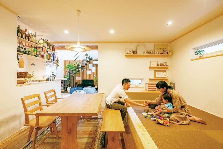 ぽっくハウス【芦工匠】【1000万円台、デザイン住宅、自然素材】キッチンから目が届く小上がりの畳スペースは遊びによし、お昼寝によし。奥には将来の宿題用にカウンターが用意され、庭が見える位置に窓が備えられた。畳は雰囲気に合うクルミ色を選択