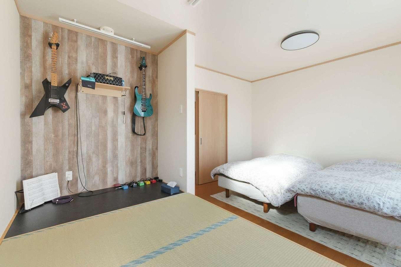 石上建設【和風、省エネ、間取り】寝室の一角にはご主人のギタースペース。遊び心のある壁紙で気分も上がる