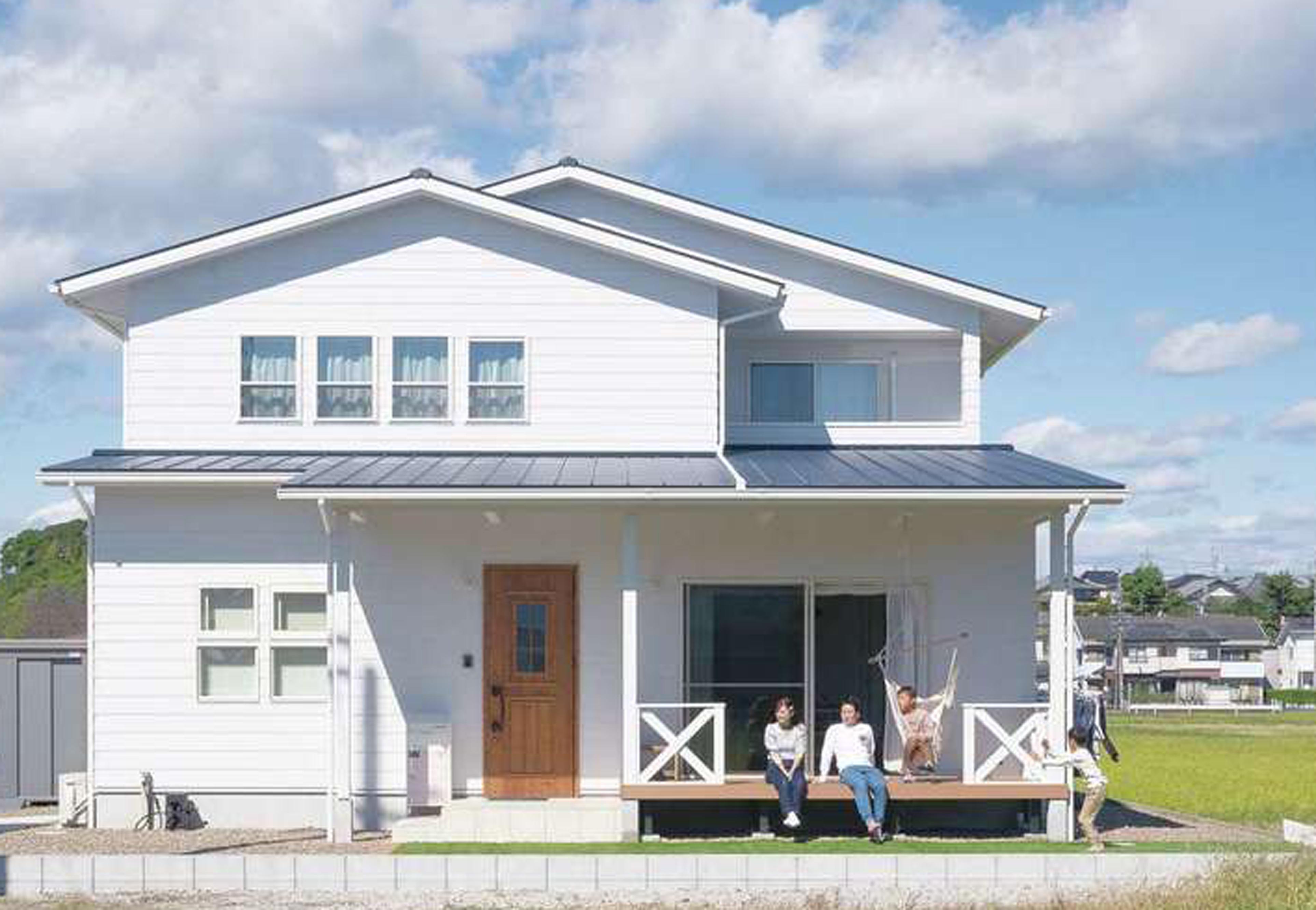 永太建工【デザイン住宅、子育て、インテリア】アメリカ西海岸のビーチハウスをテーマに、板張りをイメージした外壁やカバードポーチを備えた外観がスマート