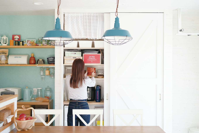 永太建工【デザイン住宅、子育て、インテリア】「生活感を隠したい」との要望から、永田社長の提案で造作された扉付きキッチン収納。扉を閉めるとインテリアの一部のよう