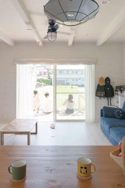 永太建工【デザイン住宅、子育て、インテリア】リビングとテラスは一続きになる設計に。光と風が通り、家族みんなも自由に外と中を行き来して過ごす