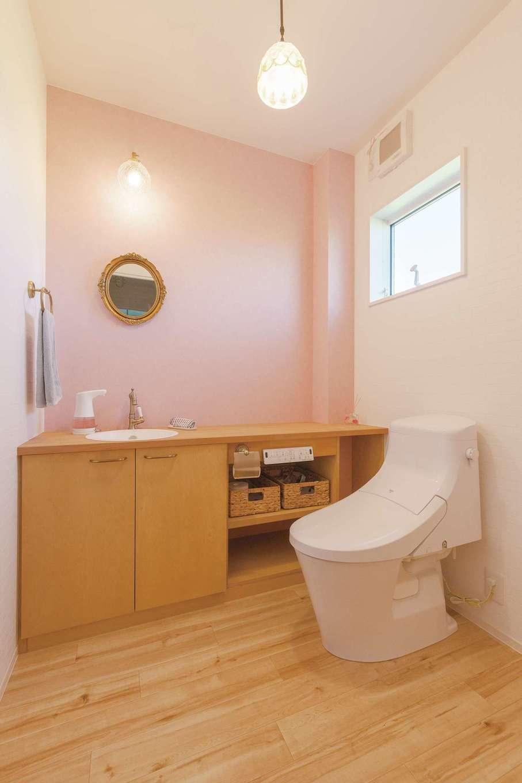 永太建工【デザイン住宅、子育て、インテリア】1階のトイレは2畳と広々。ピンクの壁と造作棚のおかげでゆったりくつろげる空間に仕上がった