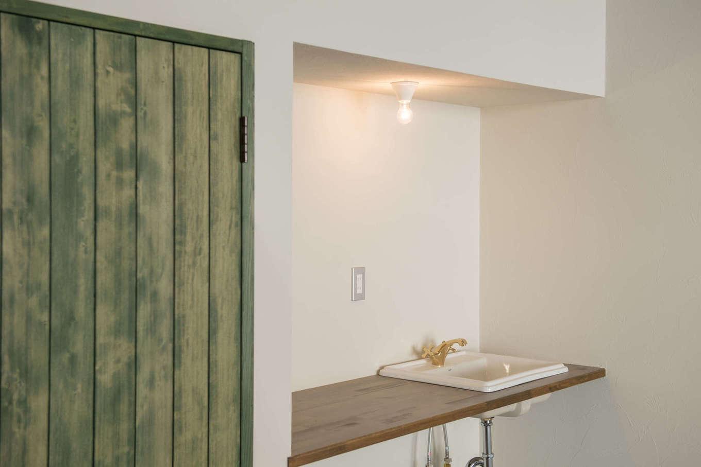 FRS(エフアールシステムズ)【デザイン住宅、省エネ、ガレージ】ガレージ奥には作業中に便利なシンクを設置。下には洗車用品や工具をしまえる鉄の棚をオーダーメイドで造作した
