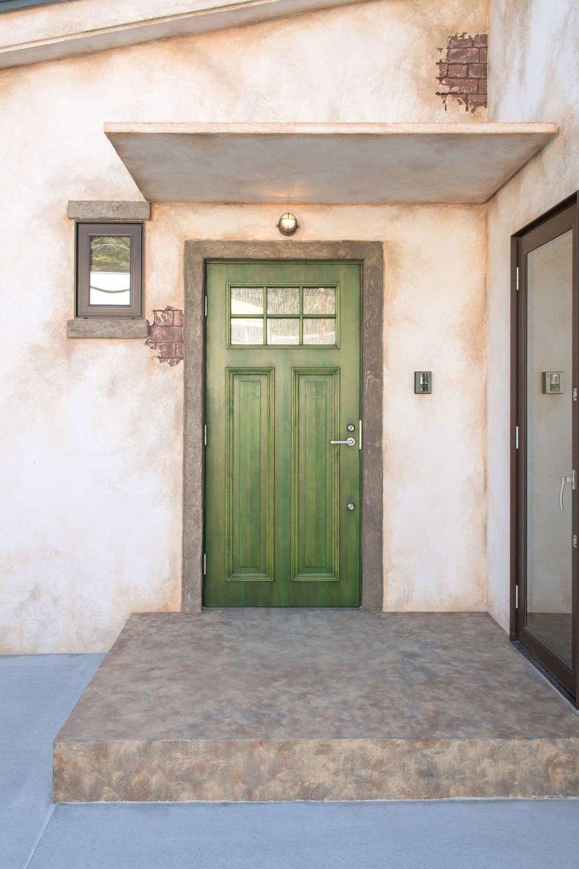 FRS(エフアールシステムズ)【デザイン住宅、省エネ、ガレージ】外観のせっかくの雰囲気を壊さないよう、基礎を覆うように壁を伸ばした。玄関扉のグリーンのペイントは色を混ぜて作ったオリジナル
