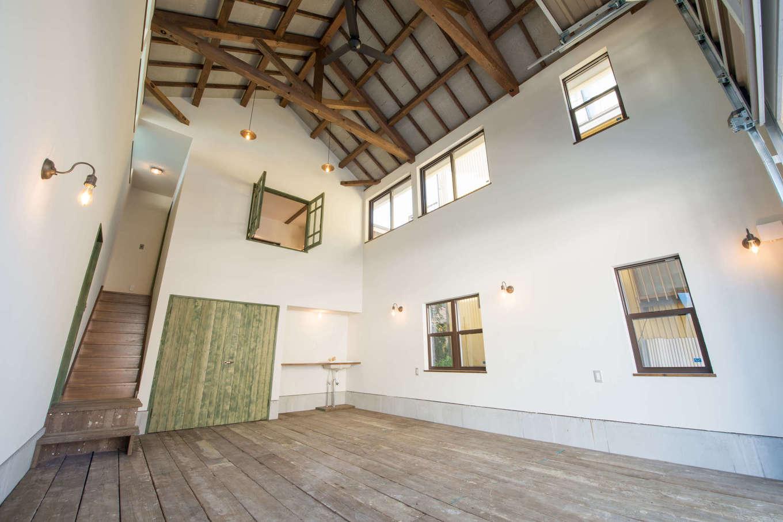 FRS(エフアールシステムズ)【デザイン住宅、省エネ、ガレージ】2階に取り付けた窓は全て開閉出来るようになっており、万が一に2階の部屋を作りたくなった場合でも柔軟に対応出来るようになっている