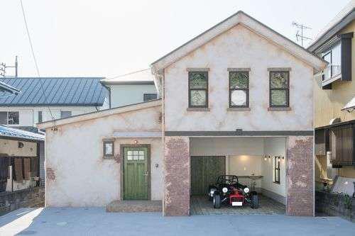 """FRS(エフアールシステムズ)【デザイン住宅、省エネ、ガレージ】まるでどこかのテーマパークの中にありそうな外観は、""""通りすがりに思わず二度見されるような家""""を目指した"""