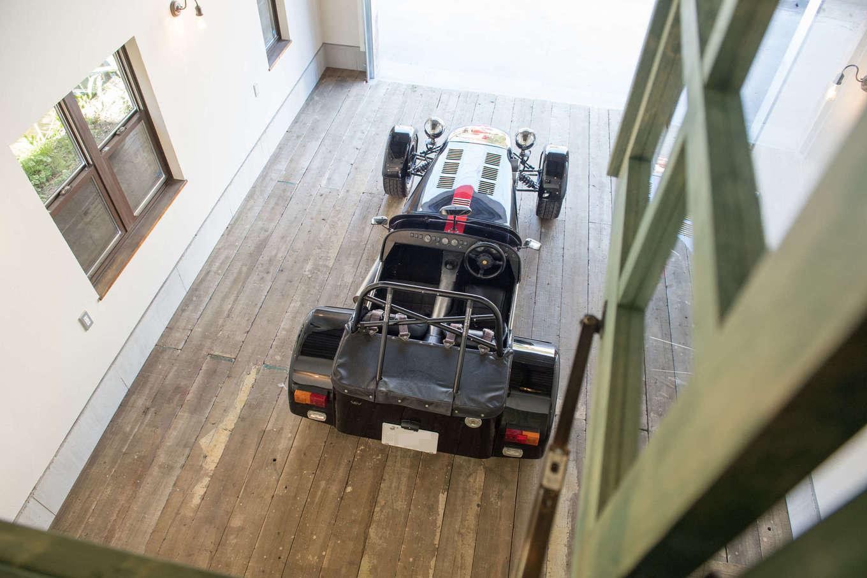 FRS(エフアールシステムズ)【デザイン住宅、省エネ、ガレージ】作業スペースの窓からの眺め。2階で作業をしているときもガレージの様子を確認できる