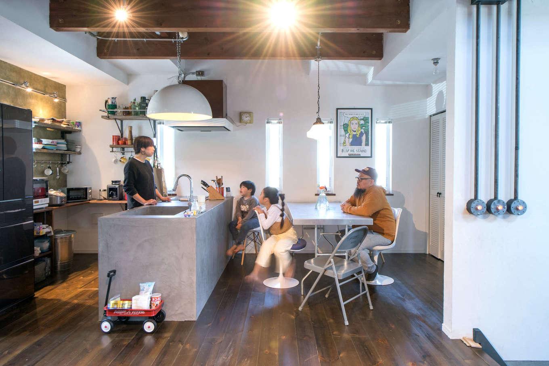 FRS(エフアールシステムズ)【デザイン住宅、趣味、スキップフロア】対面式のキッチンはモールテックスを使ったオーダーメイドのオープンタイプ。後ろの棚は必要な物を考えて造作で設置