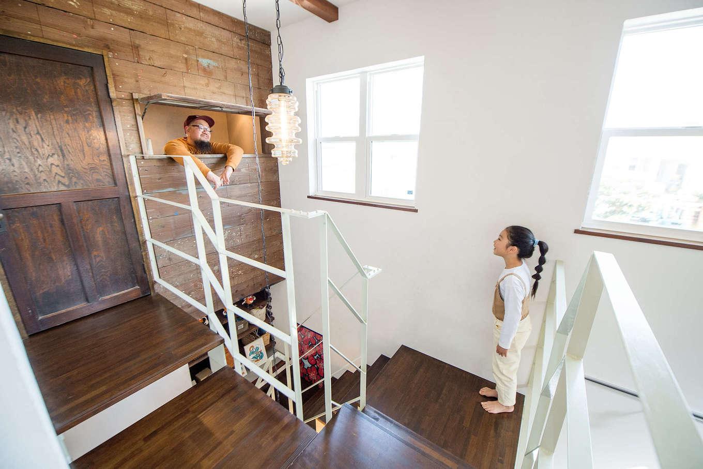 FRS(エフアールシステムズ)【デザイン住宅、趣味、スキップフロア】書斎の横長の窓からは階下が見渡せる。コミュニケーションが取れるのも楽しい