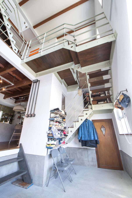 FRS(エフアールシステムズ)【デザイン住宅、趣味、スキップフロア】玄関を開けると目に飛び込んでくるスキップフロアの階段。男前な雰囲気の土間に靴やコートの見せる収納が映える