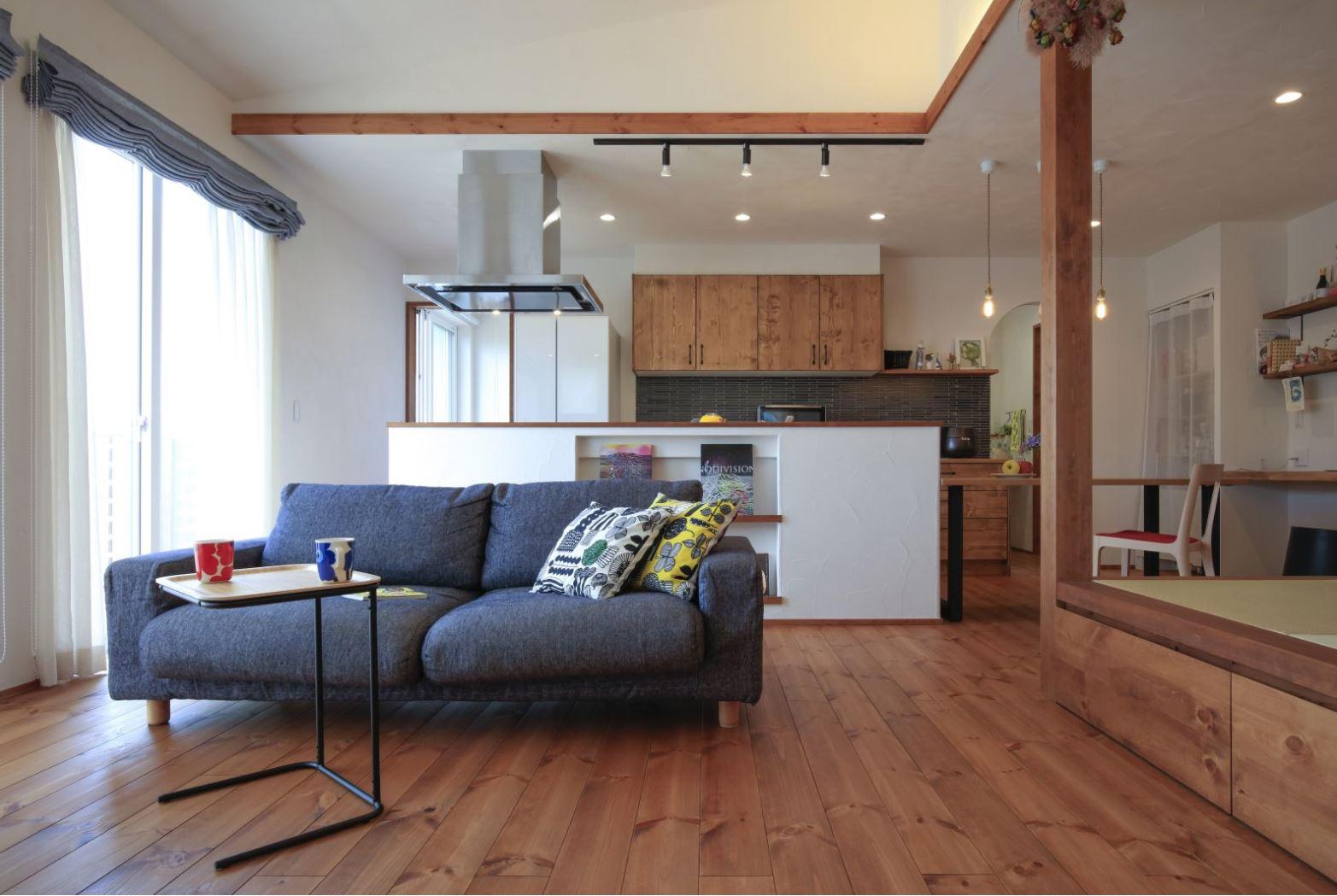 アイジースタイルハウス【自然素材、間取り、平屋】木のぬくもりと漆喰のやさしさに癒やされるナチュラルテイストのLDK。キッチンの背面にも漆喰を採用し、マガジンラックを造作