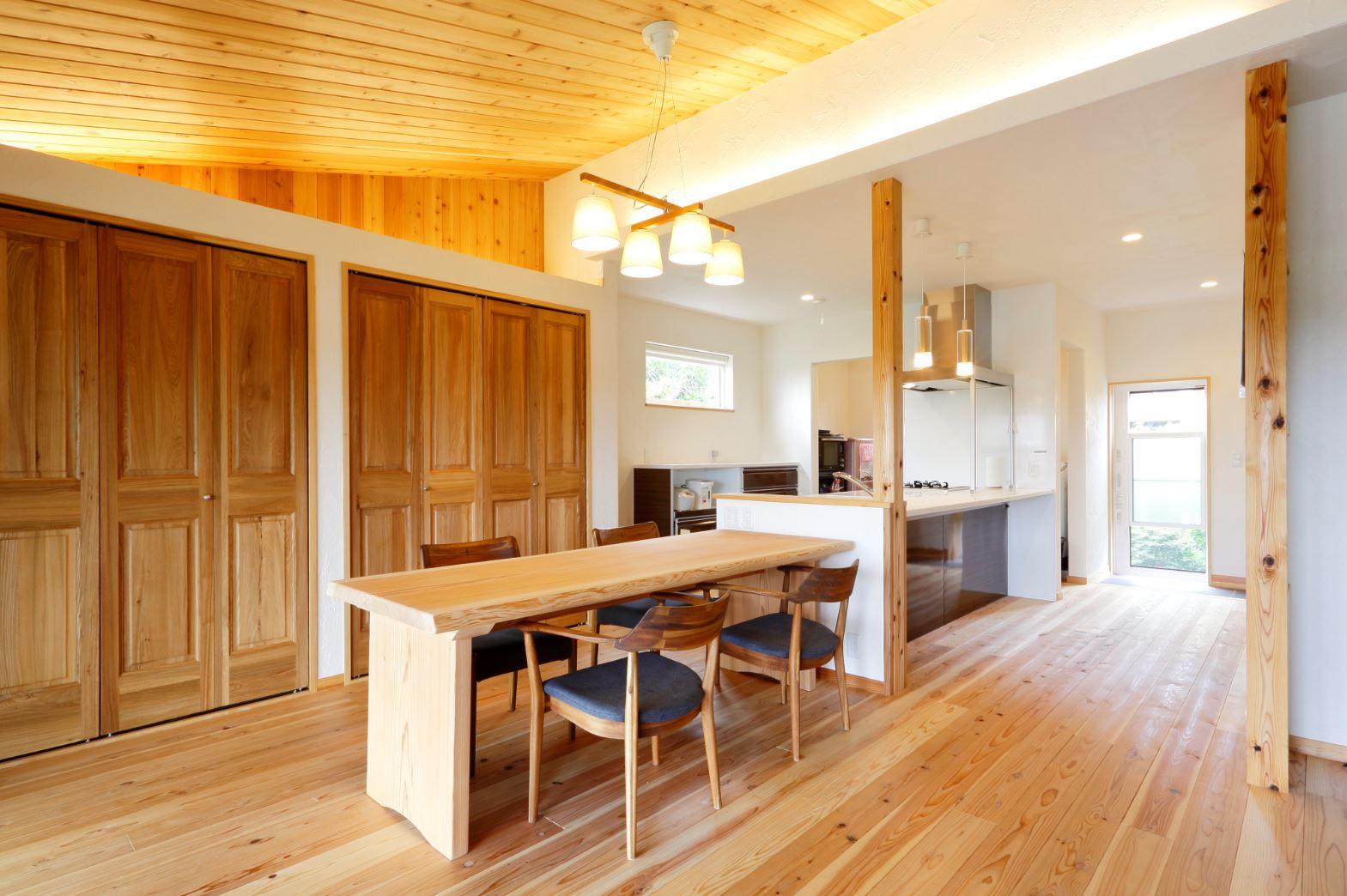 アイジースタイルハウス【子育て、自然素材、間取り】ダイナミックな勾配天井の2階リビング。床は無垢の杉、天井はレッドパイン。天井まで届くハイサッシからたっぷりの光が降り注ぐ
