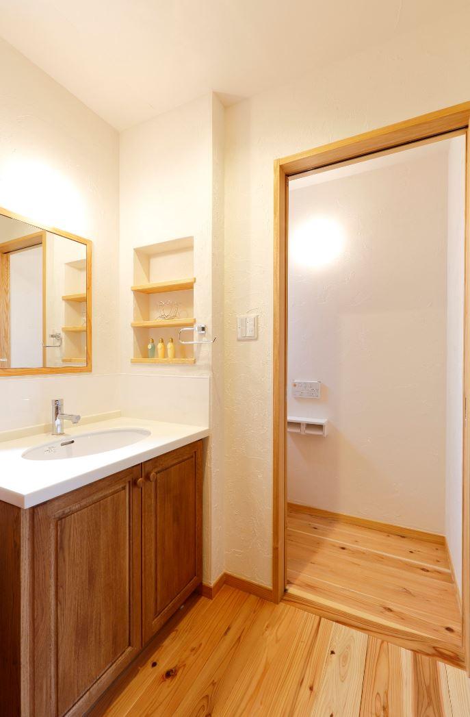 アイジースタイルハウス【子育て、自然素材、間取り】リビングに入る前に設置した洗面台は、ウィズコロナ時代のマストアイテム。子どもが外から帰ってきて手を洗う習慣が自然と身についた