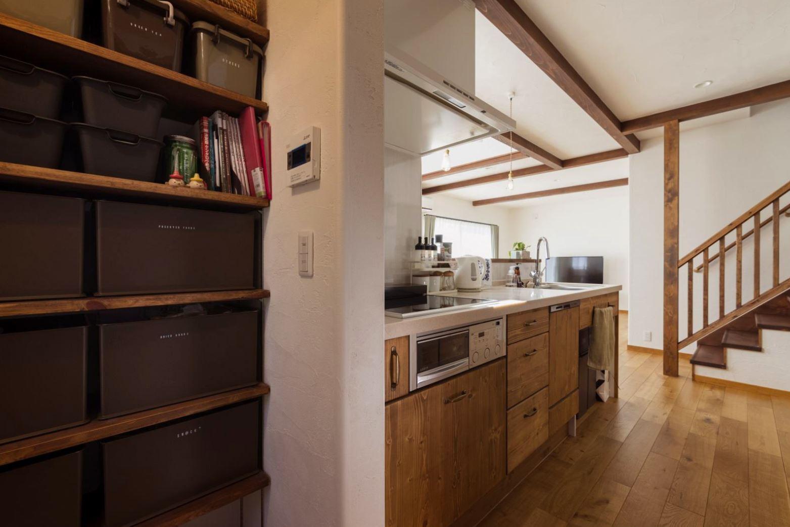 アイジースタイルハウス【収納力、自然素材、間取り】キッチンの真横に大容量のパントリーを配置。物を出しやすくしまいやすいので、家事時間の短縮につながった