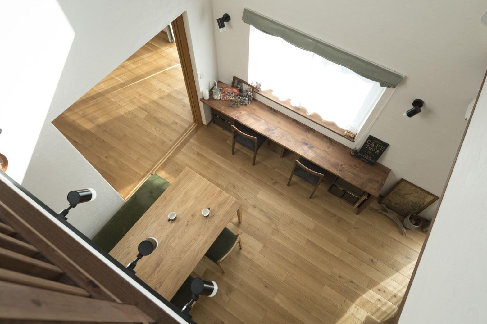 アイジースタイルハウス【収納力、自然素材、間取り】キッチンから見える位置にカウンターを造作し、子どもたちのスタディコーナーに