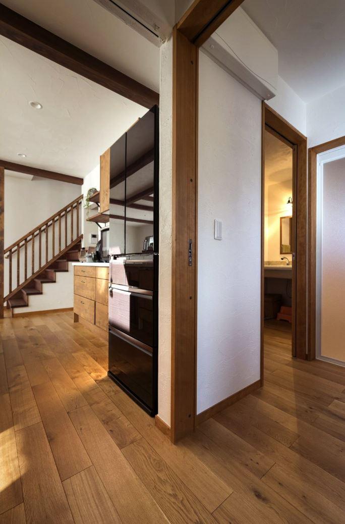 アイジースタイルハウス【収納力、自然素材、間取り】住宅雑誌を見てリクエストした、キッチンから水回りへと回遊できる家事楽動線。無駄な動きが減って家事負担が軽減された