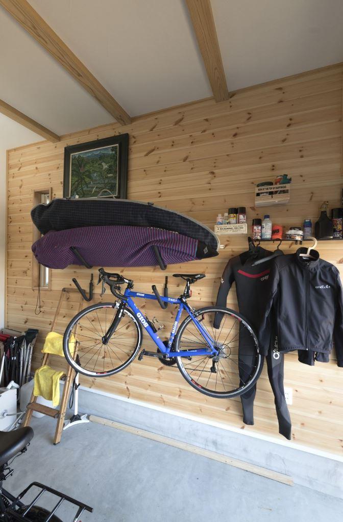 アイジースタイルハウス【収納力、自然素材、間取り】サーフボードや自転車など、ご主人のスポーツギアを収納するガレージ。壁に無垢板を貼り、ワイルドな中にもやさしい雰囲気に仕上げた