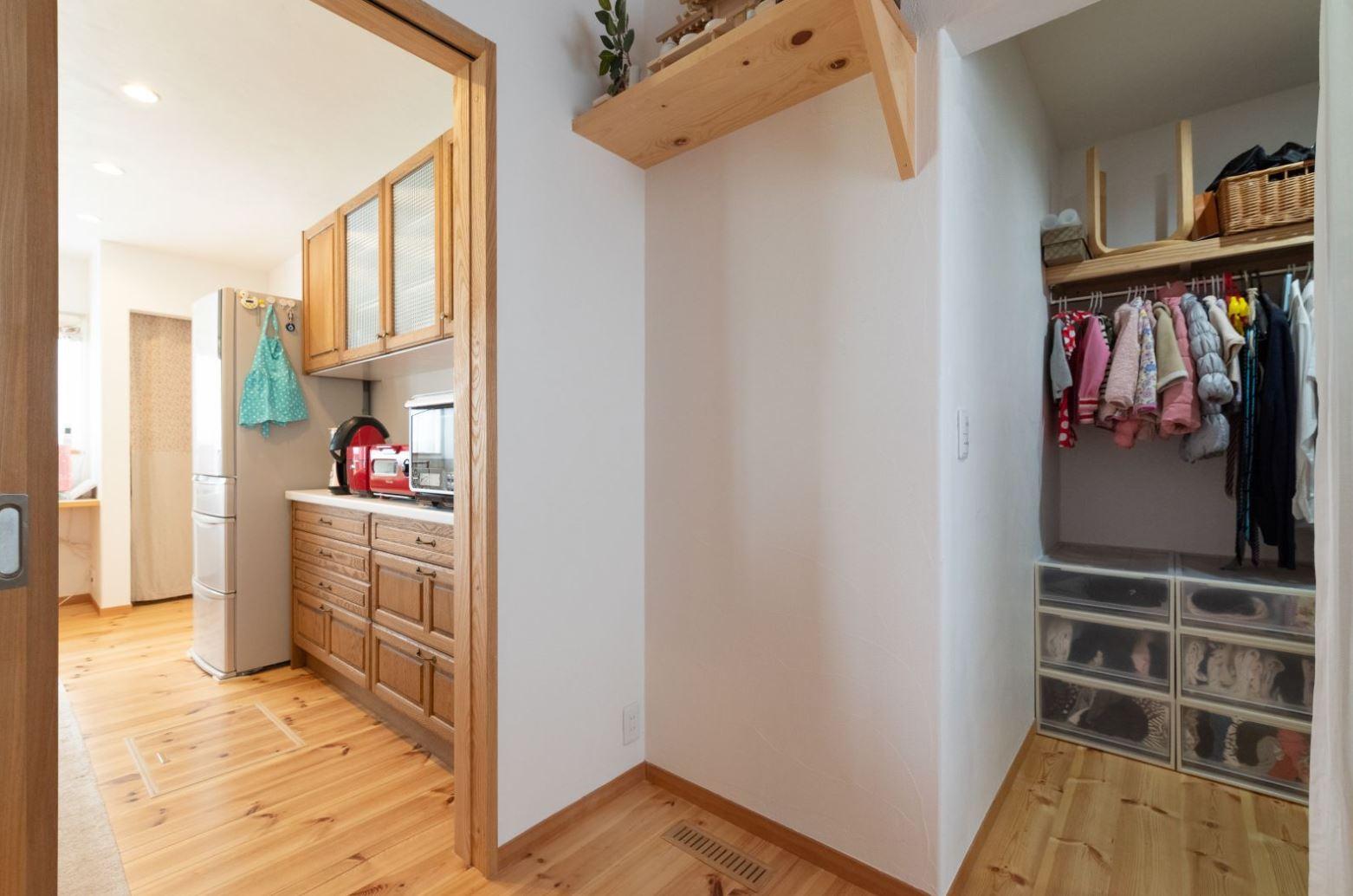 アイジースタイルハウス【子育て、自然素材、平屋】キッチンを起点とした家事ラク動線。トイレ前の収納で子どもたちの支度が揃う