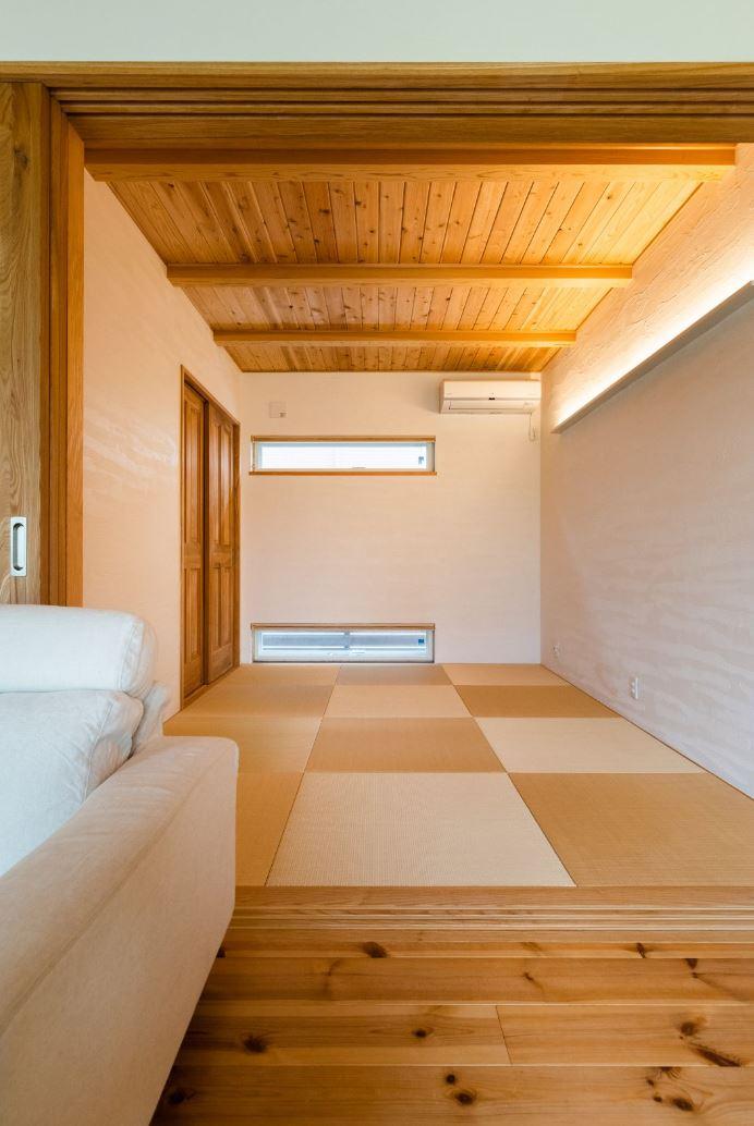 アイジースタイルハウス【子育て、自然素材、平屋】リビングとフラットにつながる和室は、ゲストの寝室として使ったり、子どもが熱を出したときの隔離部屋にもなる。天井の羽目板、職人技が冴える塗り壁に情緒を感じる。窓を2つ設けたことで十分な明るさを確保した