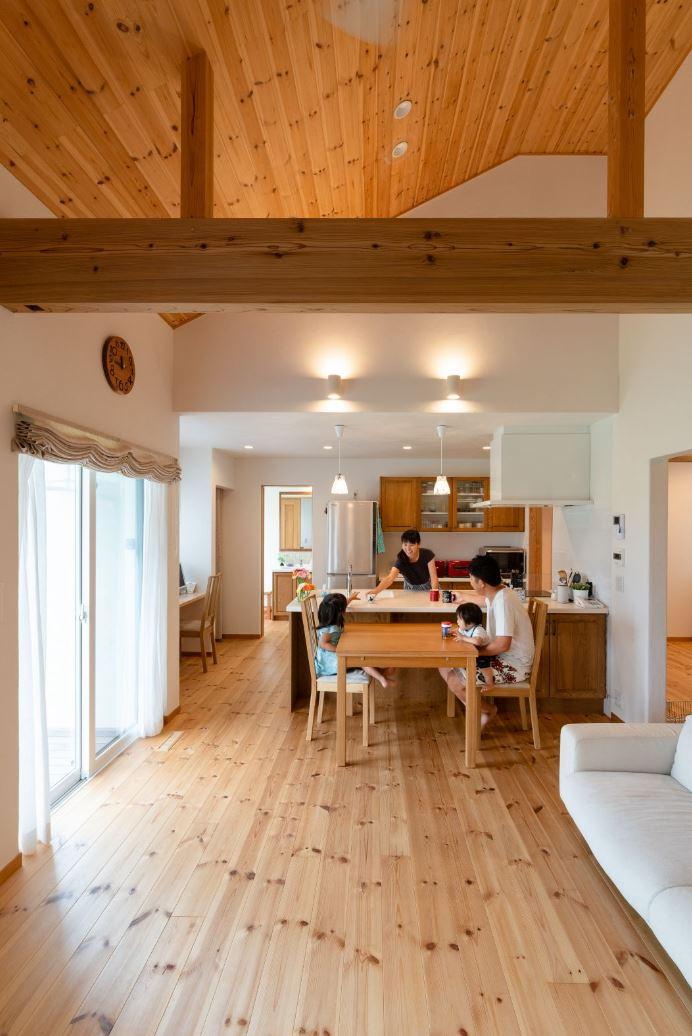 アイジースタイルハウス【子育て、自然素材、平屋】勾配天井の開放感あふれるLDKに家族の笑顔が弾ける。肌触りのいい床は無垢の杉板で、時とともに飴色に変化していく。キッチンから目の届く位置にスタディコーナーを設けた