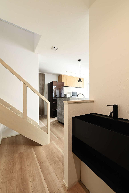 トーリンホーム【デザイン住宅、子育て、間取り】玄関からシューズクロークを抜けて室内に上がるとすぐに手洗い場がある。LDKに入る前に手洗い・うがいを済ませることができ、衛生的な空間をキープできる