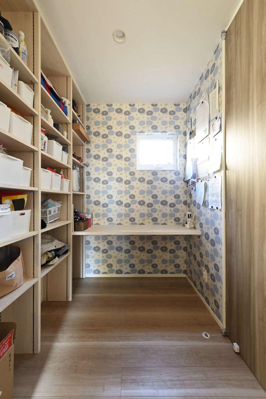 トーリンホーム【デザイン住宅、子育て、間取り】キッチンのサイドに設けたママ・スペースは収納棚とカウンター付き。北欧風のクロスでオシャレに演出。すぐ隣にはファミリークローゼットがある。「いずれはカウンターでミシンを使って裁縫を楽しみたいです」と奥さま