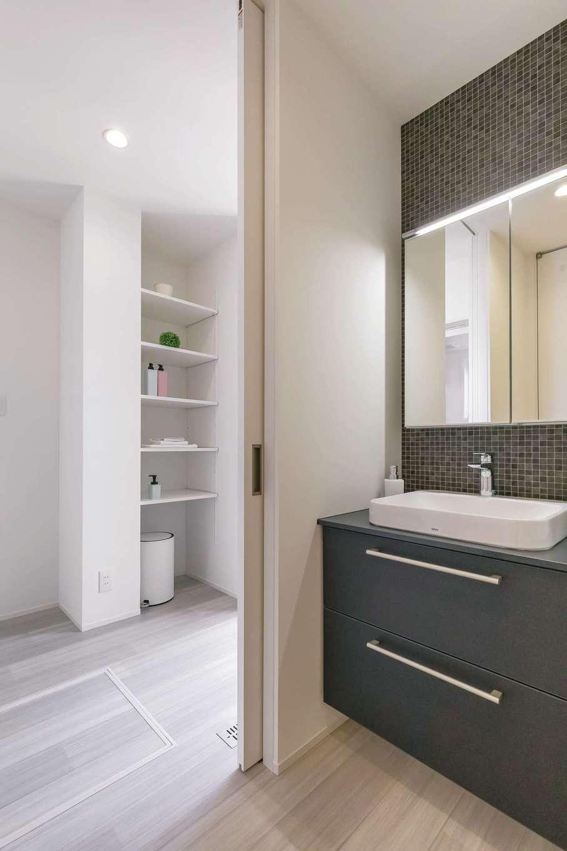 SIMPLE NOTE 浜松南【浜松市南区高塚町4692-12・モデルハウス】キッチンから短い距離でアクセスできる洗濯動線と、家全体の20%を確保した収納スペースが子育てママの家事時間を短縮