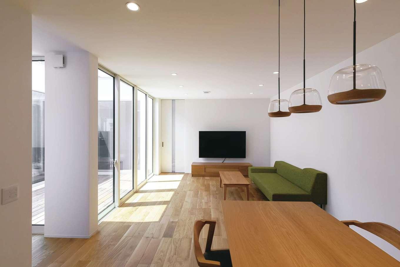 SIMPLE NOTE 浜松南【浜松市南区高塚町4692-12・モデルハウス】18畳のLDK。天井まで届くハイドアを採用したことで、より開放感が生まれた