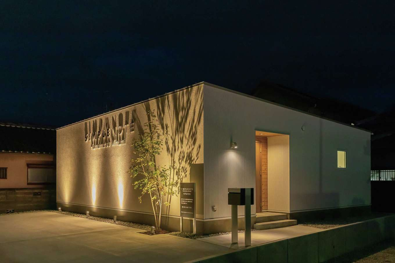 SIMPLE NOTE 浜松南【浜松市南区高塚町4692-12・モデルハウス】ライトアップされた夜の雰囲気も素敵