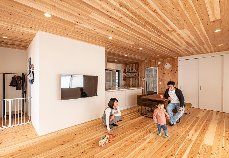 富創 -ふそう- 以前の廊下と2部屋分の空間を広々としたLDKに間取り変更。足裏に柔らかく温かい無垢材は天竜杉。当初、窓側に予定されていたテレビの位置は、子どもの安全と掃除のしやすさを考慮し、壁を設けて壁掛けに途中変更した
