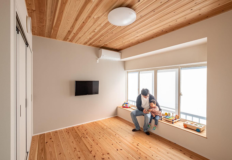 富創 -ふそう- 子ども部屋も自然素材で。壁の一面は、アクセントクロスとして淡いグレーのエッグウォールを使用。窓際のベンチは、以前の出窓を活用して造作している