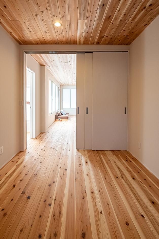 富創 -ふそう- リビングとバリアフリーでつながる寝室。建具には左右どちらにも開閉できる吊り戸を採用。足元にレールがないのでつまずきの心配もなし