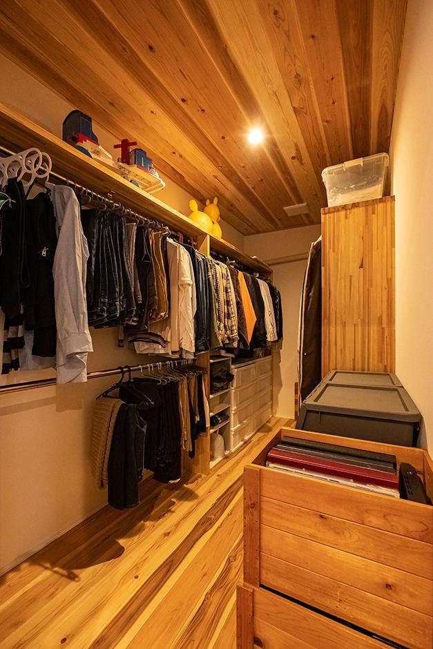 富創 -ふそう- クローゼットも居室と同じ自然素材で。調湿機能が高いので、湿気から衣類や荷物を守ってくれる。デッドスペースの壁面には、小物を収納、ディスプレイできるニッチも造作した