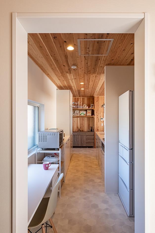 富創 -ふそう- 玄関からそのままウォークスルーパントリーに。冷蔵庫、掃除道具なども、来客の目線を避けながら収納できるスペース。奥さまが一息つけるデスクもここに設置