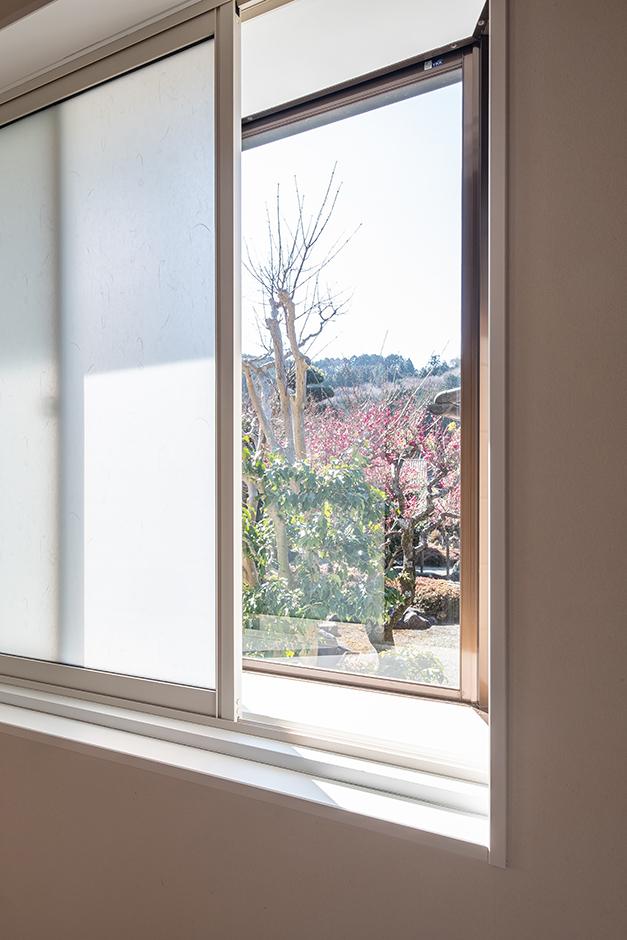 富創 -ふそう- 開口部は以前の間取りをそのまま活用。サッシも残し、内窓を追加で取り付け断熱性をアップしている。直射日光を柔らかく拡散してくれる和紙入りの窓でカーテンいらず