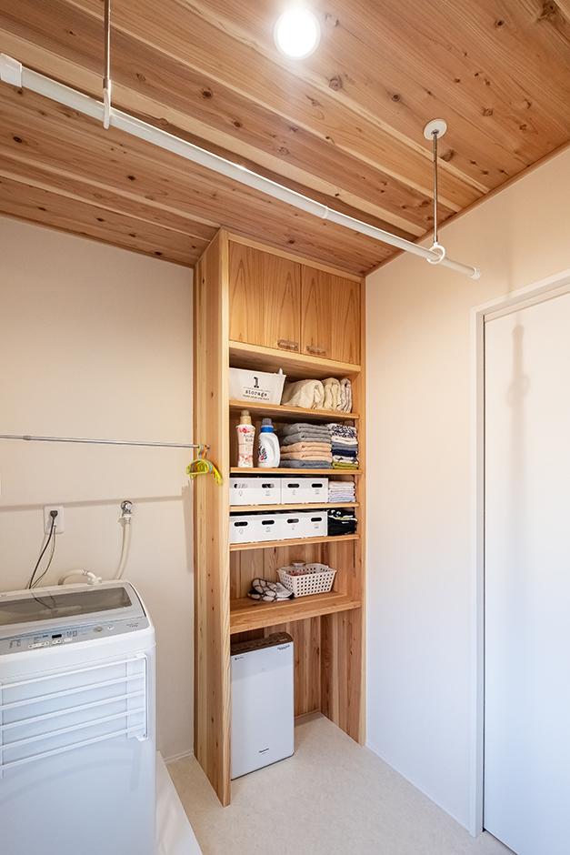 富創 -ふそう- 脱衣所は室内干しのスペースも兼ねて広めに。夜干すと翌朝にはほとんど乾いているのは、ふんだんに使っている杉材のおかげ。造作収納も便利