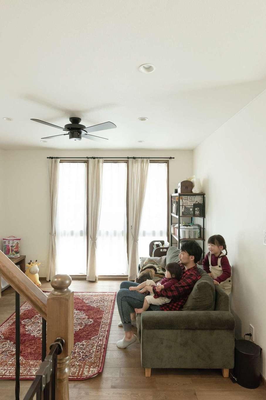 TDホーム静岡西 ウエストンホームズ【デザイン住宅、子育て、自然素材】DKと分けることで親密さと落ち着きが増したリビング