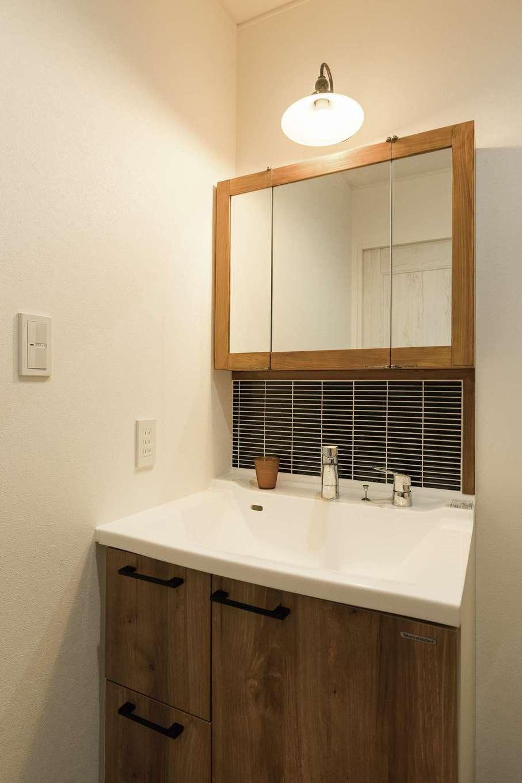 TDホーム静岡西 ウエストンホームズ【デザイン住宅、子育て、自然素材】ミラー収納を造作してもらった。タイルは好きなブルー系を洗面脱衣室の場所ごとに貼り分けている