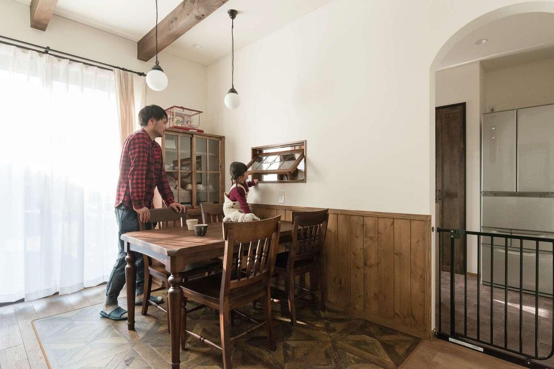 TDホーム静岡西 ウエストンホームズ【デザイン住宅、子育て、自然素材】奥さま憧れの室内窓が実現。長女もお気に入り