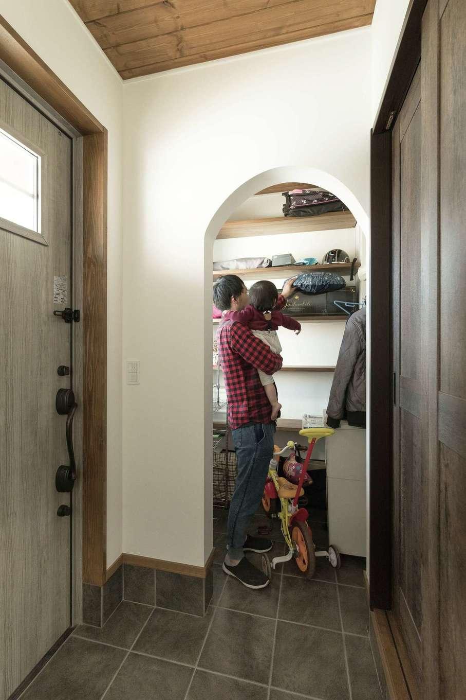 TDホーム静岡西 ウエストンホームズ【デザイン住宅、子育て、自然素材】天井に無垢が貼られ、あたたかく迎えてくれる玄関。Rの入口のシューズクロークは使い勝手も魅力