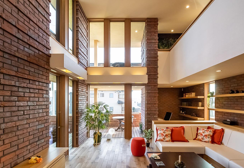住宅工房 アリアンス【富士市伝法2001-35・モデルハウス】地平線を思わせるような直線の清々しさと、それをやさしく包み込む光・影・空気が絶妙なバランスで整えられたリビング。一日の時間帯によって、または季節によって、一番好きな場所が変わるほど表情豊かな空間と吹抜けの存在感が住まう人の心を豊かに育ててくれる