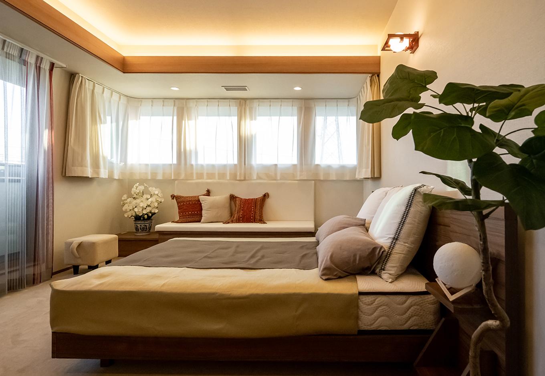 住宅工房 アリアンス【富士市伝法2001-35・モデルハウス】プライベートな空間だからこそ、心身ともにリラックスしたい。必要以上に照らすことなく、光と影を上手に交差させることで、心に静寂をもたらしてくれる。床に敷き詰めた絨毯は、繊維が吸音する効果があり、しっとりと落ち着いた空間になる