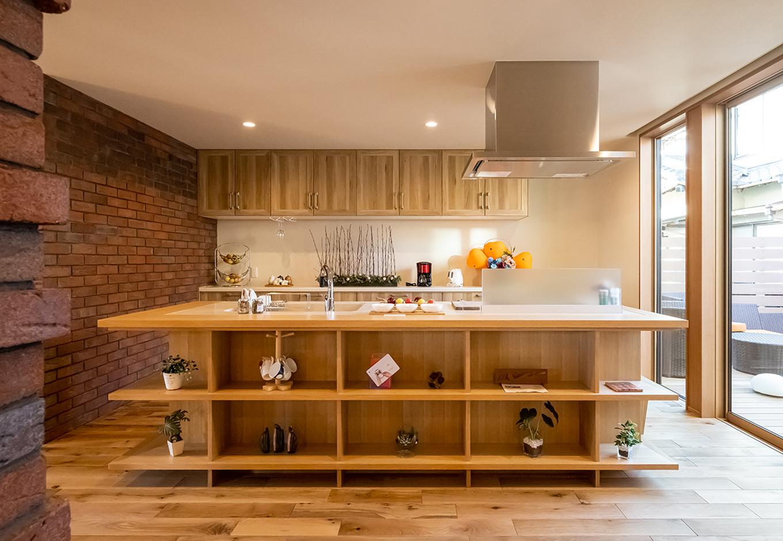 住宅工房 アリアンス【富士市伝法2001-35・モデルハウス】段差のあるダイニングからの気配と、正面とは違う方向に位置するリビングからの気配を、のびのびとした距離感で感じ取れるキッチン。さらに、2階への動線を見守りながら、常に家族の様子を把握でき、それでいて料理にも集中できる空間が新しい日常の感動を届けてくれる