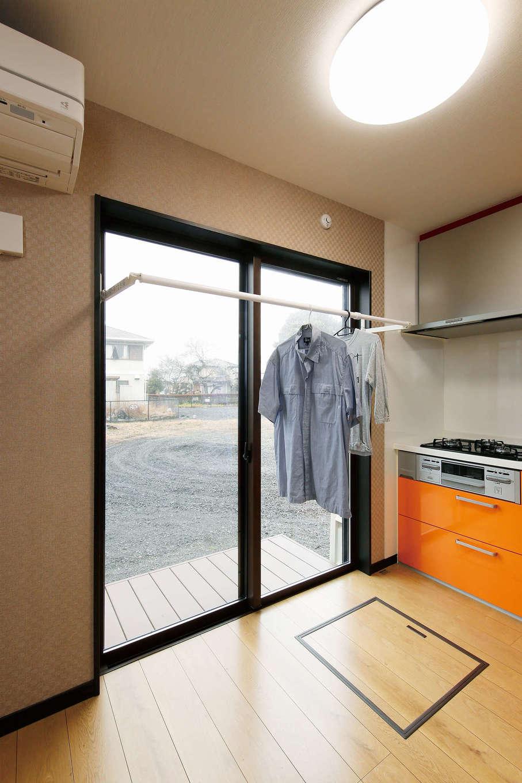 住宅情報館【デザイン住宅、平屋、ガレージ】共働きで忙しい夫婦のために、LDKには室内干しユニットを設置。使わない時はサッシ内に格納できるため、普段はすっきりと片付くのも嬉しい
