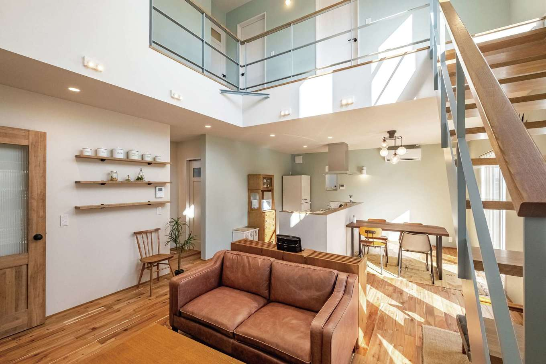 てつときの家【焼津市柳新屋572-2・モデルハウス】吹き抜けとスケルトン階段で開放感抜群のLDK。そのゆとりと高い気密・断熱性が守る快適な空間を体感して