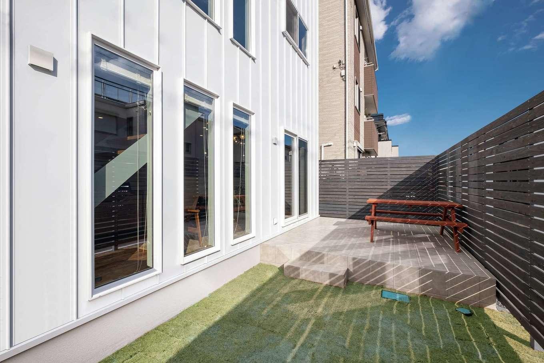 てつときの家【焼津市柳新屋572-2・モデルハウス】家でも外を楽しめる庭とタイルデッキもチェック。180cm高のウッドフェンスでプライバシーに配慮