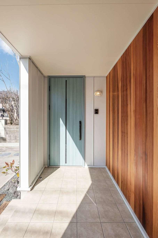 てつときの家【焼津市柳新屋572-2・モデルハウス】玄関ポーチのレッドシダーとペパーミントグリーンのドアがお出迎え