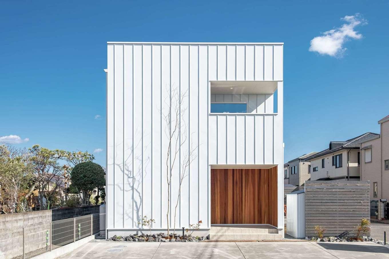 てつときの家【焼津市柳新屋572-2・モデルハウス】真っ白なキューブ型の外観が青空に映える