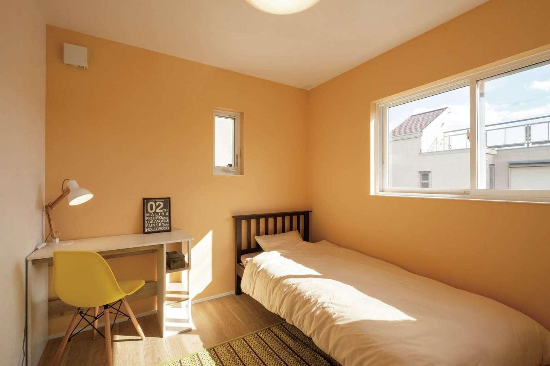 てつときの家【焼津市柳新屋572-2・モデルハウス】4人家族を想定した間取り。子ども部屋は元気になれる明るいカラーのクロスを用いた
